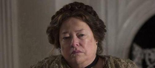 Kathy Bater en la segunda temporada titulada Coven