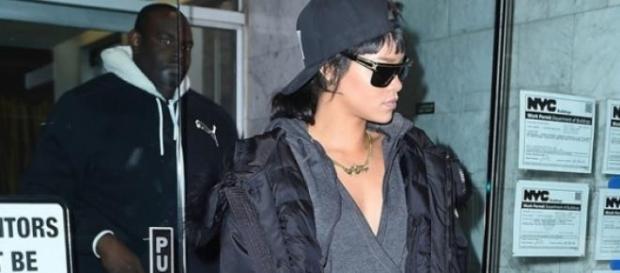 Rihanna sai de casa de chinelos e pijama!