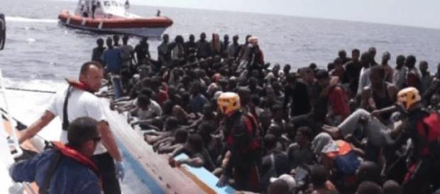 Barcone di migranti nel Canale di Sicilia.