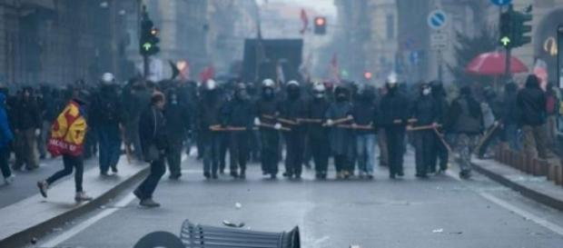 Polizia in tenuta antisommossa a Milano.