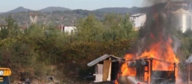 Doi copii au ars într-un adăpost