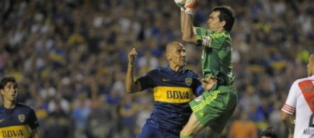 El cata Diaz disputando un balón