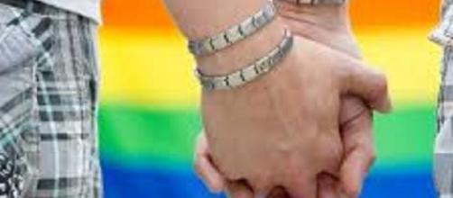 Un couple homosexuel se tenant la main