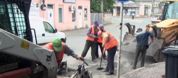 Muncitorii asfalteze o strada din sectorul 6