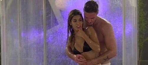 Oriana y Tony se duchan juntos en 'Amor a Prueba'