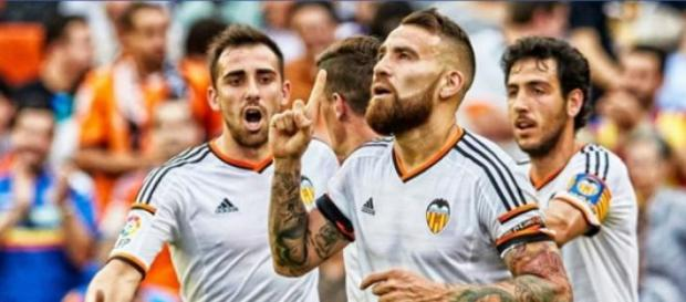 Otamendi celebra un gol en Mestalla