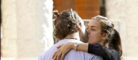 Bradley e Irina apanhados aos beijos