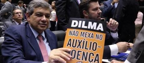 Deputado Pestana do PSDB mostra cartaz na votação