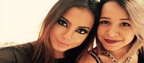 Anitta acompanhada da amiga
