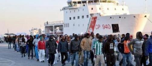 Shipwrecked refugees land in Sicily, April 2015