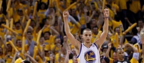 Stephen Curry celebrando la victoria