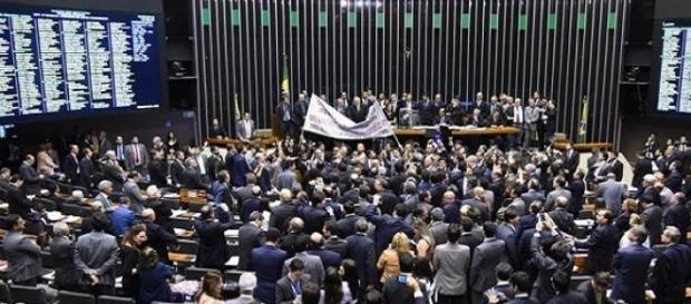 Tumulto na câmara para votação do ajuste fiscal