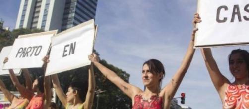 Les femmes étaient seins nus à la manifestation.