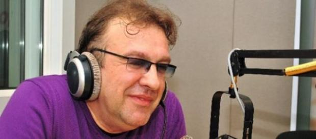 Invitat la un post naţional de radio