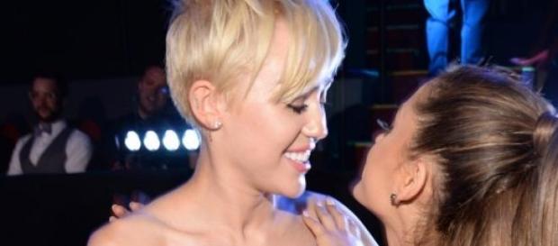 Miley Cyrus y Ariana Grande.
