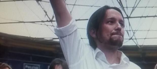 Pablo Iglesias con el puño en alto en un mitin