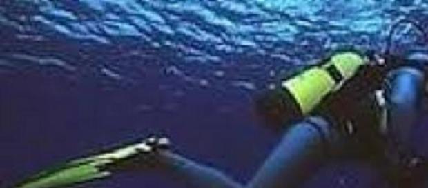 Sub in immersione nei fondali marini.