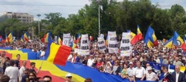 zeci de mii de oameni cer unirea