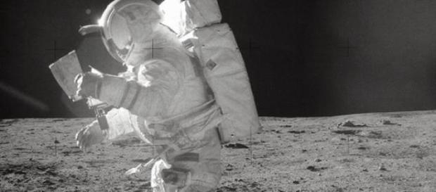 Astronautul american pasind pe Luna
