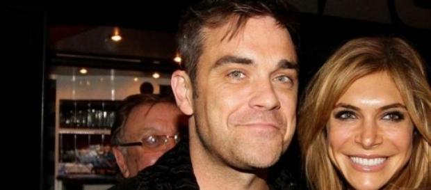 Robbie Williams y su esposa acosan a su asistente