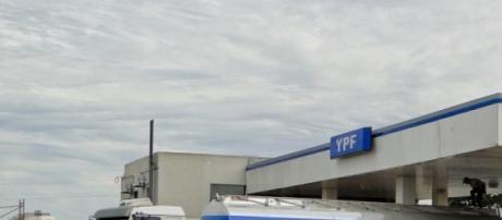 Un camión de YPF provee combustible