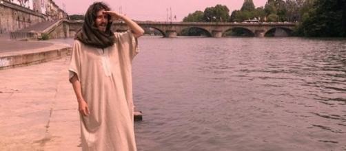 Uomo si aggira per Torino nelle vesti di Gesù.
