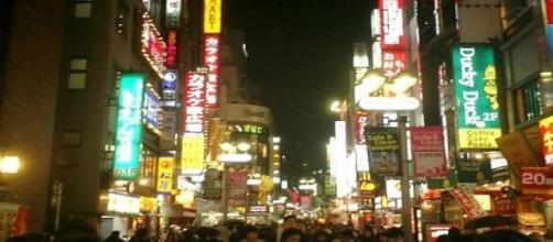 Calle muy poblada de Tokio (Japón) por la noche