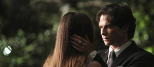 Damon Saluta Elena in The Vampire Diaries 6