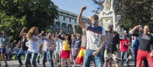 Eurofans bailando un flasmob de Amanecer