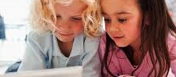 Dzieci bawią się elektronicznymi gadżetami