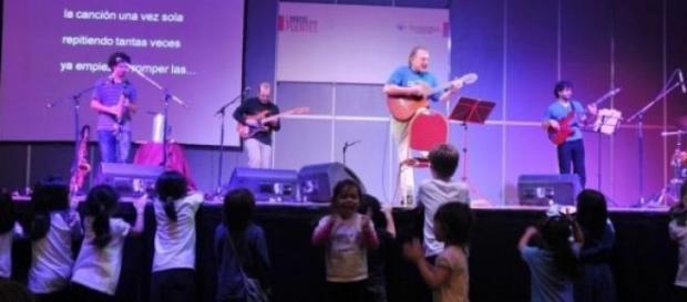 Pescetti, los músicos y l@s niñ@s en su salsa