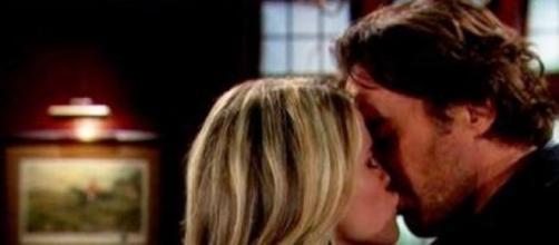 Beautiful: Caroline e Ridge si baciano.