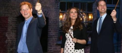 Kate Middleton ladeada por Harry e William