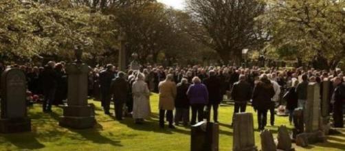Vários cidadãos no funeral do bebé.