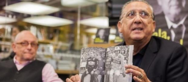 Galvão exibe orgulhoso imagem de Senna no livro