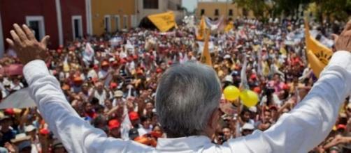 Candidato en un baño de multitudes en campaña.