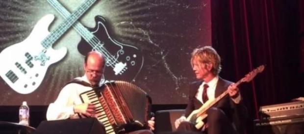 Duff McKagan y Chris Novoselic tocando juntos