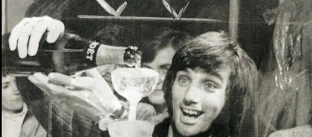 George Best sirviendo unas copas de Champagne