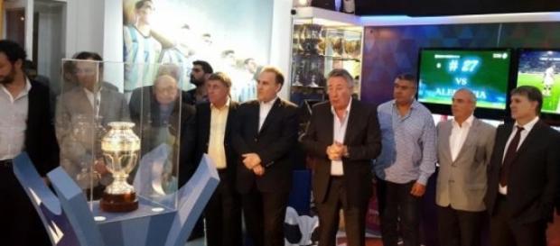 Gerardo Martino y otros directivos ante la copa