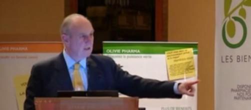Le Pr Henri Joyeux durant une conférence.