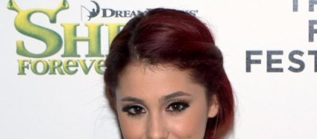 Ariana Grande steht zu ihren Brüsten