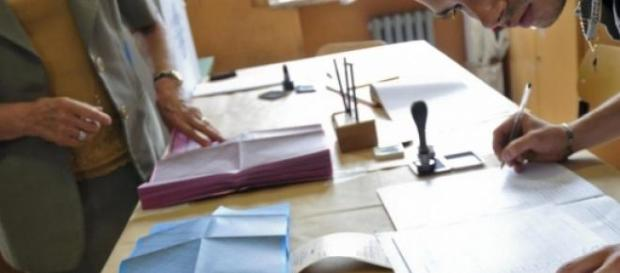 un seggio elettorale durante le operazioni di voto