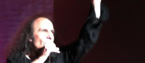 El legendario vocalista Ronnie James Dio en vivo