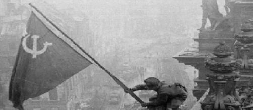 La bandera soviética ondeando sobre el Reichstag