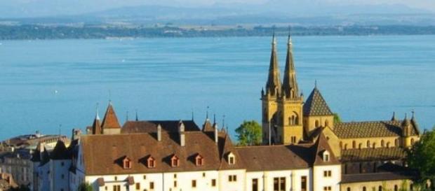 Castillo de Neuchâtel con el lago al fondo