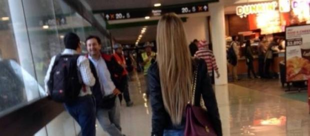 Oriana andando por el aeropuerto.
