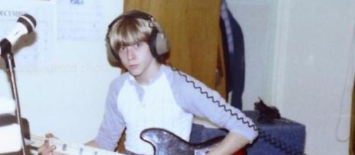Cobain haciendo una grabación con un bajo