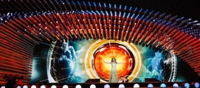 Edurne interpretando Amanecer en Eurovison