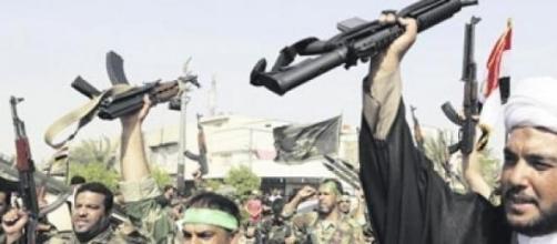 Des militants armés de fusils mitrailleurs