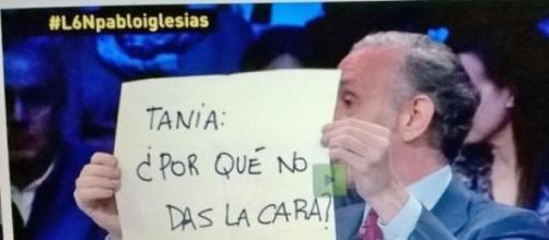 Eduardo Inda con uno de sus famosos cartelitos.